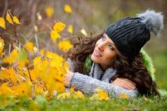 Retrato de la mujer joven al aire libre Imagen de archivo libre de regalías