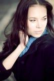 Retrato de la mujer joven al aire libre imagen de archivo