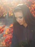 Retrato de la mujer joven al aire libre. Colores soleados suaves Fotos de archivo libres de regalías