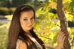 Retrato de la mujer joven al aire libre. Colores soleados suaves Imagen de archivo