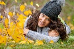 Retrato de la mujer joven al aire libre en otoño Foto de archivo