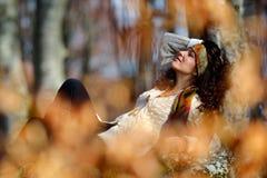 Retrato de la mujer joven al aire libre en otoño Fotografía de archivo