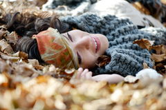 Retrato de la mujer joven al aire libre en otoño Fotos de archivo libres de regalías