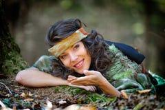 Retrato de la mujer joven al aire libre en otoño Fotos de archivo