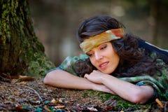 Retrato de la mujer joven al aire libre en otoño Imagen de archivo libre de regalías