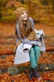 Retrato de la mujer joven al aire libre en otoño Imagenes de archivo