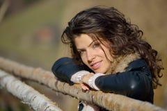 Retrato de la mujer joven al aire libre en otoño Fotografía de archivo libre de regalías