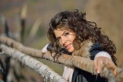 Retrato de la mujer joven al aire libre en otoño Imagen de archivo
