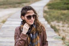 Retrato de la mujer joven al aire libre en un día ventoso Imagen de archivo