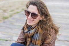 Retrato de la mujer joven al aire libre en un día ventoso Fotografía de archivo libre de regalías