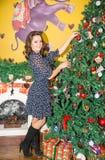 Retrato de la mujer joven alrededor de un árbol de navidad adornado Muchacha en Año Nuevo del día de fiesta Fotos de archivo libres de regalías