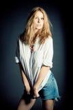 Retrato de la mujer joven atractiva Foto de archivo libre de regalías