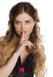 Retrato de la mujer joven atractiva con el finger en los labios Imagen de archivo