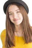 Retrato de la mujer joven atractiva con el sombrero negro Fotografía de archivo