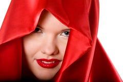 Retrato de la mujer joven atractiva en capo motor rojo Imagen de archivo