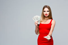 Retrato de la mujer joven atractiva en el vestido rojo con maquillaje brillante, labios rojos, un collar del oro Los controles de Fotos de archivo libres de regalías