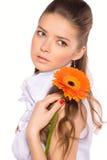 Retrato de la mujer joven atractiva hermosa con el gerber Imágenes de archivo libres de regalías
