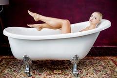 Retrato de la mujer joven atractiva hermosa en baño Fotos de archivo libres de regalías