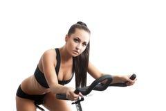 Retrato de la mujer joven atractiva que presenta en la bici Imágenes de archivo libres de regalías