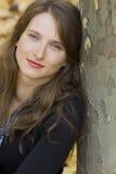 Retrato de la mujer joven cerca del árbol Imágenes de archivo libres de regalías