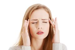 Retrato de la mujer joven con dolor de cabeza enorme Imagen de archivo