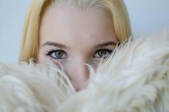 Retrato de la mujer joven con el abrigo de pieles Fotografía de archivo libre de regalías