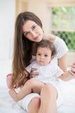 Retrato de la mujer joven con el bebé fotografía de archivo