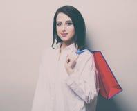 Retrato de la mujer joven con el bolso de compras Fotos de archivo
