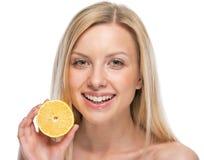 Retrato de la mujer joven con el limón Fotografía de archivo