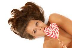 Retrato de la mujer joven con el lollipop Fotos de archivo libres de regalías