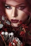 Retrato de la mujer joven con el maquillaje de moda y el eucalipto b fotos de archivo libres de regalías