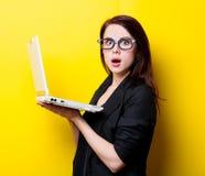 Retrato de la mujer joven con el ordenador portátil imagen de archivo libre de regalías