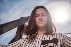 Retrato de la mujer joven con el pelo negro en camisa rayada Imagenes de archivo