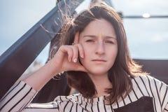 Retrato de la mujer joven con el pelo negro en camisa rayada Fotos de archivo libres de regalías