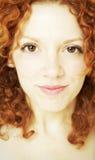Retrato de la mujer joven con el pelo rojo rizado Foto de archivo libre de regalías