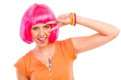 Retrato de la mujer joven con el pelo rosado. Fotos de archivo