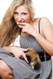 Retrato de la mujer joven con el perrito imágenes de archivo libres de regalías