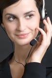 Retrato de la mujer joven con el receptor de cabeza, sonriendo Fotos de archivo