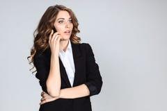 Retrato de la mujer joven con el teléfono Fotos de archivo libres de regalías