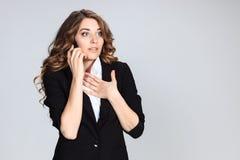 Retrato de la mujer joven con el teléfono Foto de archivo
