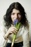 Retrato de la mujer joven con la flor Fotografía de archivo libre de regalías