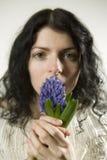 Retrato de la mujer joven con la flor Imagen de archivo