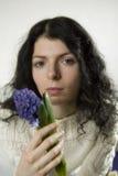 Retrato de la mujer joven con la flor Fotografía de archivo