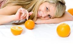 Retrato de la mujer joven con la naranja dos fotografía de archivo