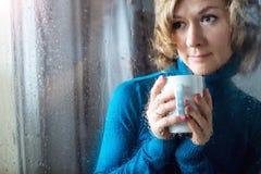 Retrato de la mujer joven con la taza Imagenes de archivo