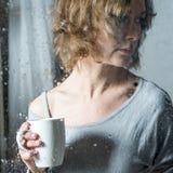 Retrato de la mujer joven con la taza Imagen de archivo