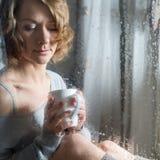 Retrato de la mujer joven con la taza Fotos de archivo libres de regalías
