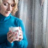 Retrato de la mujer joven con la taza Fotos de archivo