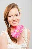 Retrato de la mujer joven con las flores del ramo Imagen de archivo libre de regalías
