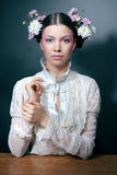 Retrato de la mujer joven con las flores frescas en pelo Fotografía de archivo